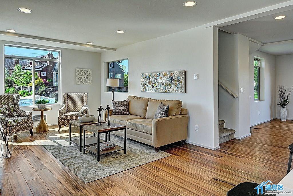 摘要: 今天这套现代感强的两层小别墅是推荐给微博的 @寒子3429, 这套别墅建于1998年,在2014年重新装修,等于是刚刚竣工的,拥有四个卧室,3个全卫生间,建筑面积是270平米。 特点就是设计非常简洁明快,大量新型高 ...
