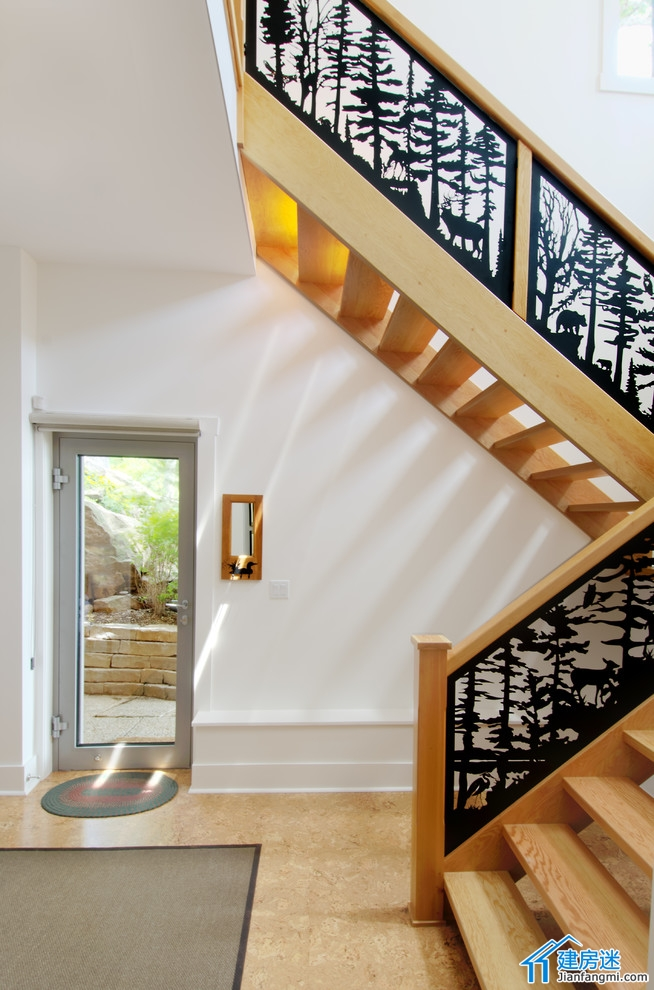 很多人在自建房的时候对于楼梯的设计都是非常困惑。 一是空间太小,二是采光,我们看到大部分的用户都是把楼梯设置在非常阴暗偏僻的角落,不仅仅上下楼不方便,也没有任何的美观可言。 今天我们分享一组华丽的楼梯设计供大家参考。 以往的楼梯分享:
