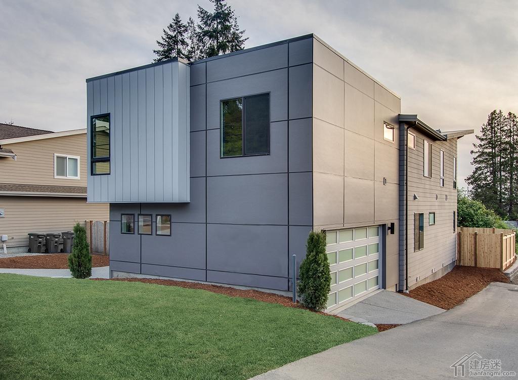 建房迷一直分享的工匠式的美式风格别墅效果图比较多,今天分享一套极简现代风格的别墅供大家参考,当然我们知道,在美国大部分的独栋房屋都是木结构的,这套也不例外,但是轻钢结构本身就是轻木结构衍生出来的,所以如果说有意用轻钢结构自建房的朋友,这一类也不失为一个不错的参考。 这套户型宽是13米,进伸是21米,设计出来5个卧室,3个卫生间,两层的结构。 下面我们一张一张图来分析这套户型,先是外观图-超现代风格别墅设计平面图21米X13米农村轻钢自建房参考