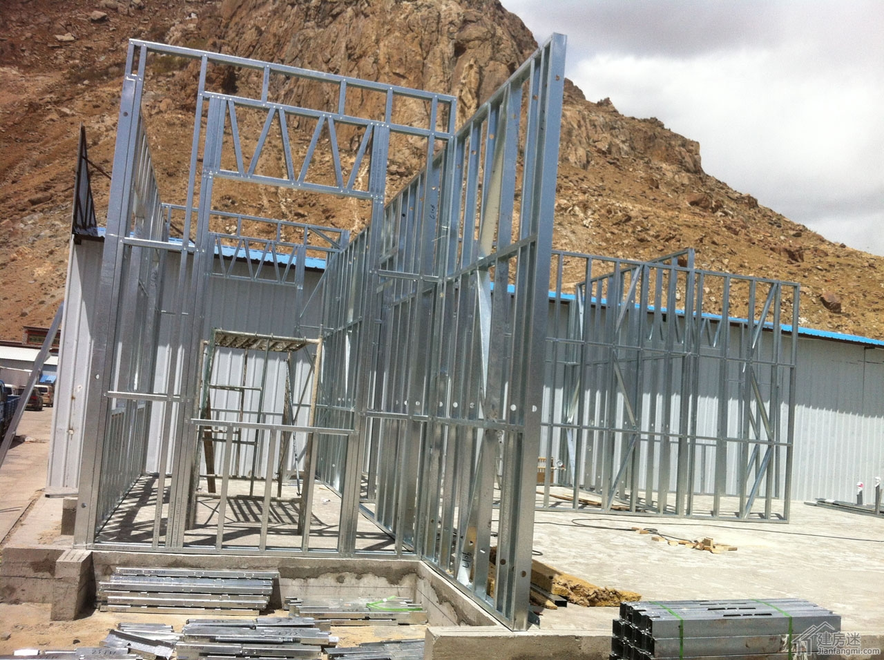 轻钢别墅样板房施工-安装加固墙体板块