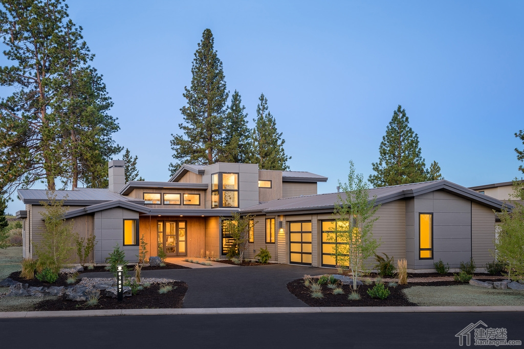 建房迷(jianfangmi.com)今天给大家分享这套现代风格的大平层别墅,虽然说受众人群会比较少,毕竟在农村能够有这样实力的人不会太多,但是建房迷的宗旨是尽可能覆盖面广,以往我们分享的都是比较接地气的,偶尔也需要来一点土豪级别的。 这套280平米农村自建超现代风格大平层别墅户型图就是给这一类人准备的,喜欢的朋友赶紧收藏起来吧。 正面外观-280平米农村自建超现代风格大平层别墅户型图免费下载