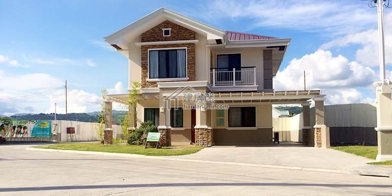 那么今天这个60多平米的小房子也非常不错,很多细节方面是值得我们借鉴和参考的。 建房迷的视角和大部分的都不同,我们一直倡导的是建房是物尽其用,也就是家庭有多少人口,房子使用频率,等等因素综合起来考虑,来决定你应该怎么样来建造属于自己的理想房子。 这一家就是两口之家加一个小孩  平面图 一楼一个客厅,然后餐厅,厨房,卫生间 二楼三个卧室  下面是正立面  大门-建房迷分享泰国小户型8米X8米两层经济型别墅设计图   实际效果图是下面这样的 等于是真正建造出来基本上和效果图差别不大  其他角度     室内的