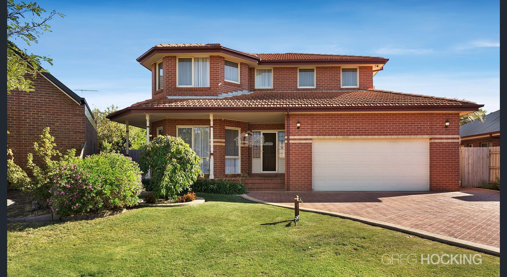 今天建房迷(微信公眾號 jianfangmi )分享給大家這套澳洲簡約風格15米X15米兩層房屋設計圖紅磚外墻裝飾,外觀上面算是比較中庸,不過這個是紅磚做的外墻裝飾,也可以采用掛板或者是真石漆等方式來做。 內容的功能布局定位很清晰,裝修風格也比較簡潔大氣,下面我們來一起看看套圖。 外觀,雙車庫  后院  下面是平面圖 一樓有客廳,餐廳,廚房,家庭室 二樓有四個臥室兩個衛生間  后院  客廳以及餐廳  客廳  餐廳   廚房  臥室  衛生間  因為結構方面相對比較簡單跨度也不大,也可以用EPS模塊建造,或